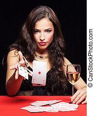 Frauen spielen auf dem roten Tisch
