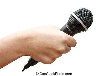 Frauenhand hält ein Mikrofon an weißem Hintergrund
