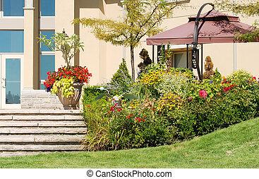 Freie Terrasse mit Garten