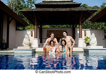 Freunde im Pool