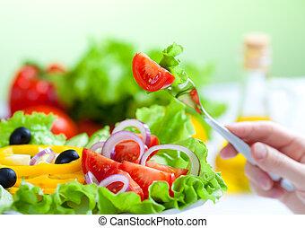 Frischer Gemüsesalat und Gabel
