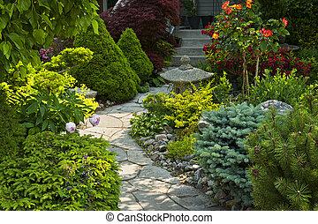 Gartenpfad mit Steinlandung.
