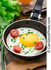 Gebratenes Ei in einer kleinen Pfanne.