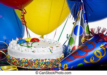 Geburtstagskuchen, Partyhüte und Ballons