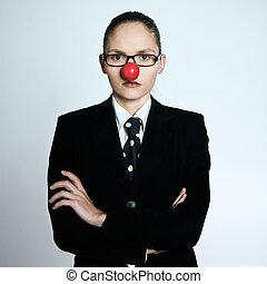 Geschäftsfrau Clownnase ernstlich lustig.