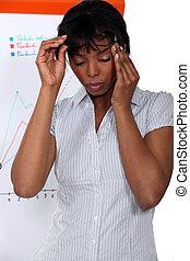 Geschäftsfrau leidet unter Stress-Kopfschmerzen