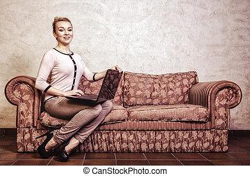 Geschäftsfrau mit Computer. Internet-Heimtechnik. Vintage-Foto.