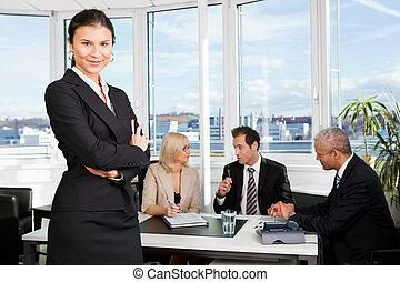 Geschäftsfrau steht vorne