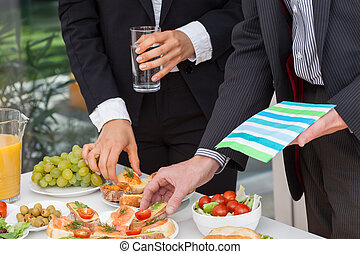 Geschäftsleute essen Mittag.
