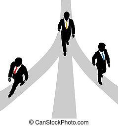 Geschäftsleute gehen auf drei Wegen auseinander