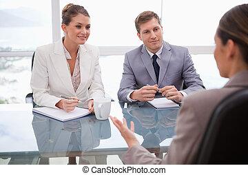 Geschäftsleute in Verhandlungen