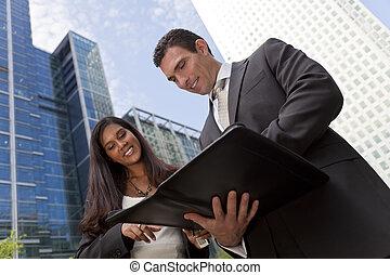 Geschäftsmänner und Geschäftsfrauen-Team treffen sich in einer modernen Stadt