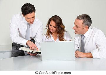 Geschäftsteam arbeitet im Büro