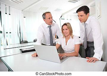 Geschäftstreffen vor dem Laptop