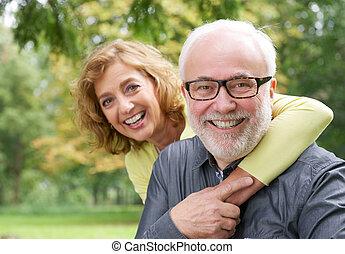 Glückliche ältere Frau, die lächelnd älter ist.