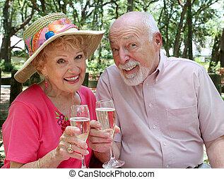 Glückliche Senioren trinken