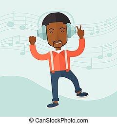 Glücklicher junger Mann tanzt, während er Musik hört.