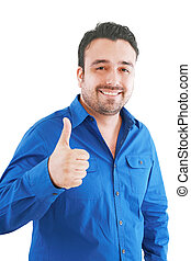 Glücklicher, lockerer junger Mann, der Daumen hoch zeigt und lächelnd im weißen Hintergrund