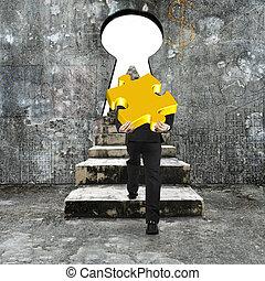 goldenes, puzzel, stichsaege, beton, tragen, schluesselloch, hochklettern, gegen, treppe, mann