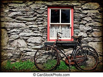 Grässliches ländliches irisches Landhaus mit Fahrrad