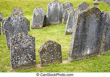 Grabsteine auf dem alten Friedhof.