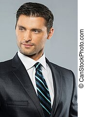 Gut gekleideter, gutaussehender Mann in schwarzem Anzug und Krawatte.