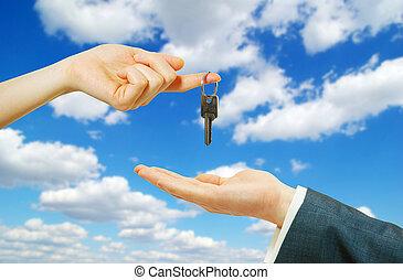Hände mit Schlüssel