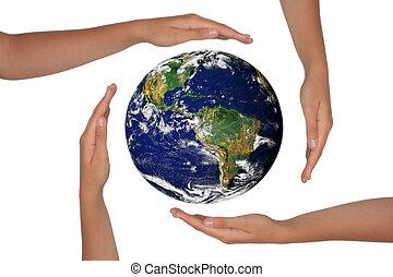 Hände um den Satellitenblick der Erde