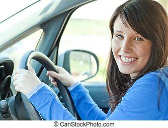 Hübsche Frau fährt ihr Auto