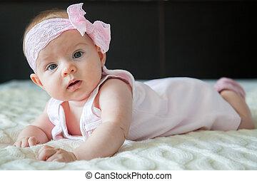 Hübsches Mädchen in rosa Kleid.