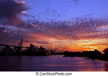 Hafen von Stockholm bei Sonnenuntergang.