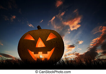 Halloween Kürbis glüht unter Sonnenuntergang, Nachthimmel. Jack O'lantern
