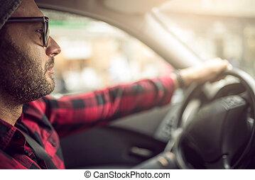 Handsom Mann fährt Auto.