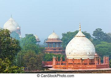 Harter Garten vor Taj Mahal.