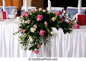 Haupttisch auf der Hochzeitsempfang ausgezeichnet