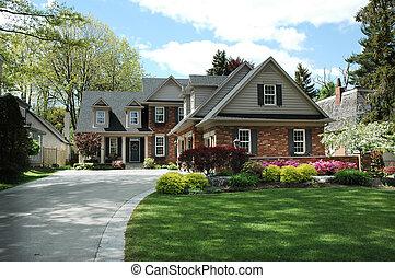 Haus mit schwarzen Fensterläden