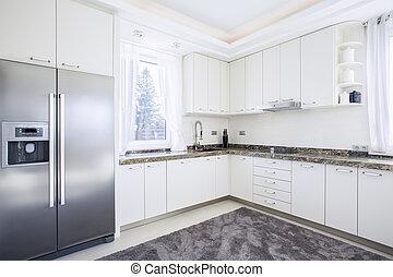 Helle Küche mit moderner Ausstattung.