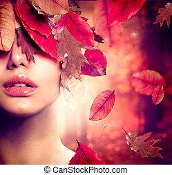 Herbstfrauenfoto. Fallen
