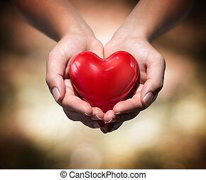 Herz in Herz Händen.