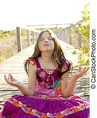 Hippie-Plamople-Kleid-Mädchen entspannte sich draußen
