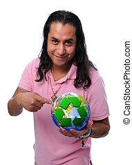 Hispanischer Mann hält die Erde