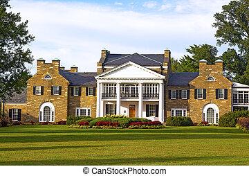 Historische Villa mit formellem Garten.