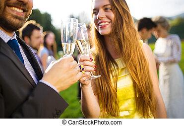 Hochzeitsgäste klinken Gläser.