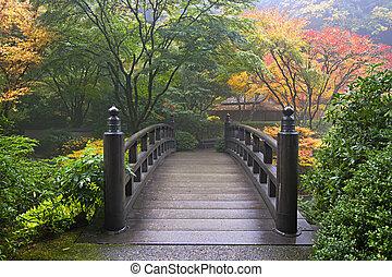 Holzbrücke im japanischen Garten im Herbst