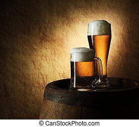 Immer noch das Leben voller Bier und Fässer auf einem alten Stein