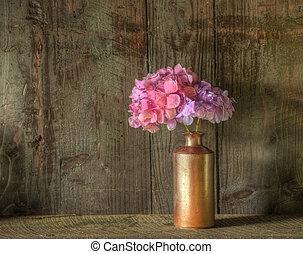 Immer noch das Leben von getrockneten Blumen in rostischer Vase vor welkem Holz Hintergrund