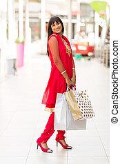 Indianerin im Einkaufszentrum.