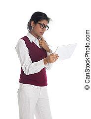 Indische lässige Geschäftsfrau mit generisch aussehender Tafel.