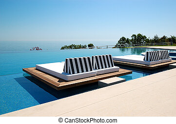 Infinity Swimmingpool am Strand im modernen Luxushotel, Pieria, Griechenland