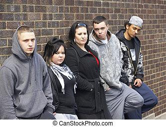Jugendbande lehnt sich an die Wand